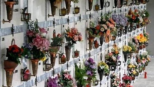 Nuovi furti al cimitero di Salerno, rubati vasi in ottone e rame