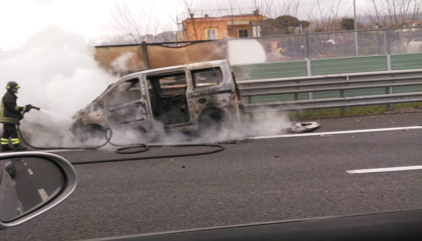 Portici: tanta paura per un furgone in fiamme sull'autostrada. Illesi i passeggeri