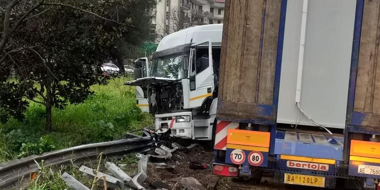 Camion fuori strada sull'autostrada Salerno-Avellino: due feriti
