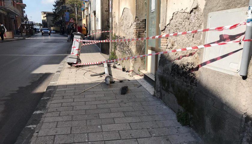 Pagani: a via San Domenico ben visibili i segni e i danni di un incidente stradale avvenuto nella notte
