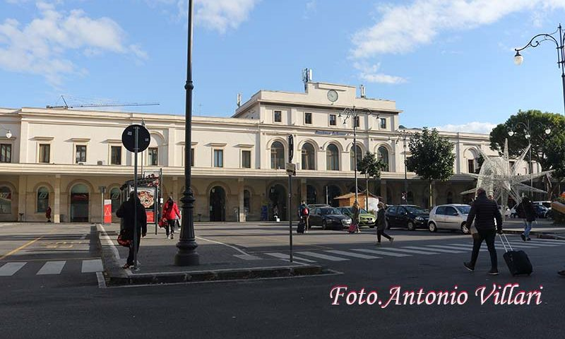 Clochard aggredisce passanti alla stazione ferroviaria di Salerno