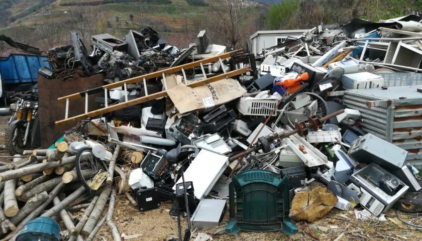 Illecito stoccaggio di rifiuti speciali a Siano: deferito il gestore dell'area