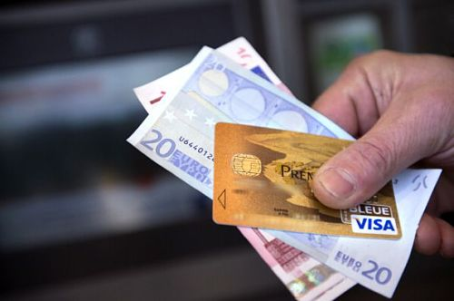 Il Governo: Iva dimezzata per i commercianti che pagano con carte di credito