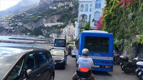 Stop all'invasione dei bus turistici in Costa d'Amalfi: via petizione on line