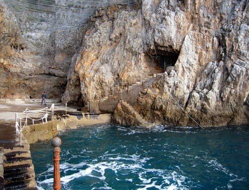 Grotta dello Smeraldo, turista straniera finisce in mare e batte testa sugli scogli: recuperata dai Carabinieri