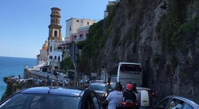 Traffico caos in Costiera Amalfitana, il Codacons chiede risarcimento per le auto bloccate in code chilometriche