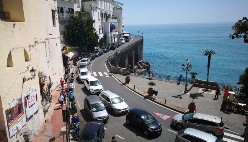 Amalfi, pugno duro della giunta comunale contro il caos: stop ai bus non prenotati