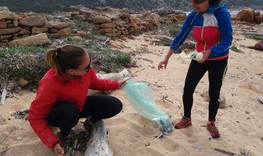La plastica finita nel mare a Salerno ritrovata in spiaggia alla Maddalena