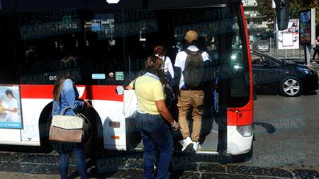 Trasporto pubblico, poche corse e viaggiatori a piedi