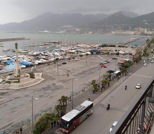 Salerno: abusivi sul Lungomare e alcol ai minorenni, multe e sequestri nei giorni di festa