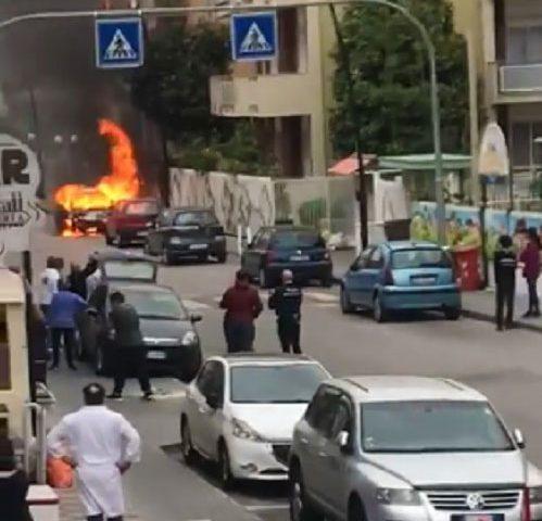 Scafati: auto in fiamme in pieno centro