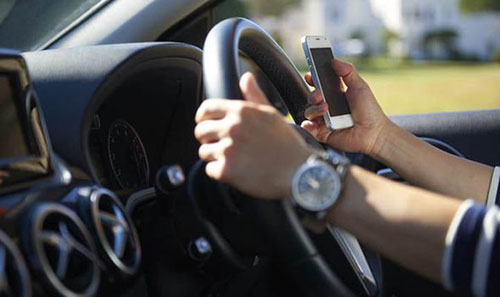 Salerno, malore alla guida: donna salvata dall'amica al telefono