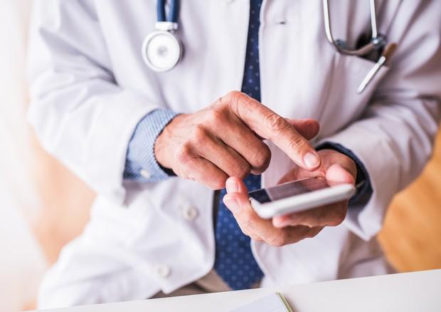 Medici 'smart', oltre l'80% usa mail e WhatsApp con pazienti