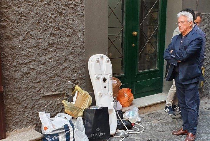 Rifiuti abbandonati nel centro storico di Salerno: il sindaco investiga e trova lo sporcaccione