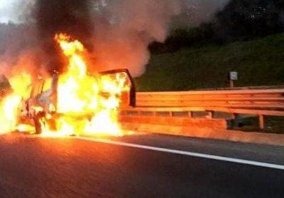 Auto avvolta dalle fiamme a Pontecagnano
