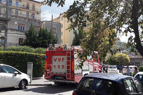 Cadono calcinacci all'esterno della Tortorella, ferito un 50enne