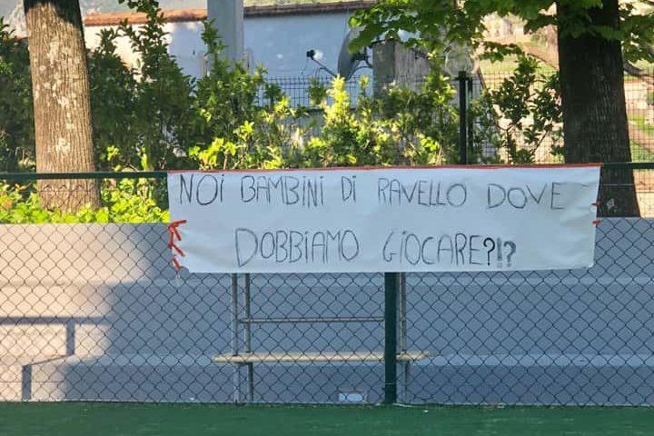 """""""Noi bambini di Ravello dove dobbiamo giocare?"""", spunta uno striscione di fronte al Comune"""
