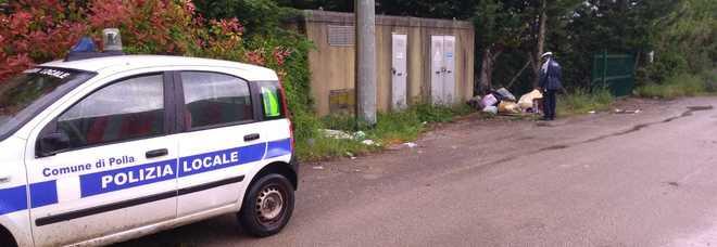 Polla, scoperto mentre lancia i rifiuti nel bosco: multato dalla polizia locale