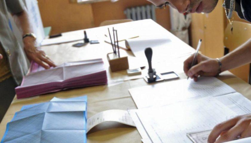 Regionali, affluenza del 55% in Campania: De Luca avanti di 30 punti. Testa a testa in Puglia
