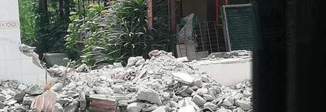 Abbatte da solo la casa abusiva per evitare le spese di demolizione