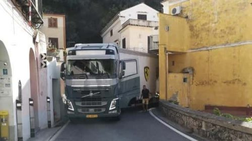 Cetara: autoarticolato straniero si incastra nel centro abitato, traffico in tilt