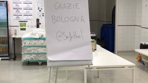 """Il fair play della Spagna: perde, ma scrive sulla lavagna """"Grazie Bologna"""""""
