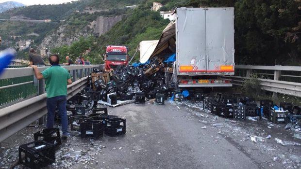 Salerno: Tir contro auto sul Viadotto Gatto, traffico in tilt