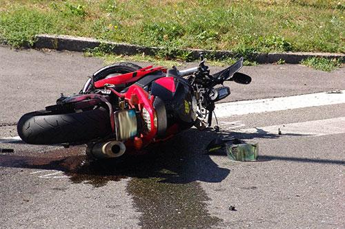 Avverte un malore e si schianta con la moto, muore 62enne