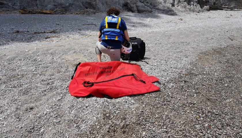 La Polizia recupera manufatti esplosivi illegali abbandonati su una spiaggia della costiera amalfitana
