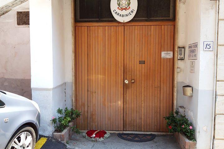 Carabiniere ucciso a Roma: cordoglio da tutta Italia, davanti alla caserma dei Carabinieri di Vietri sul Mare compare un cuore di rose per Mario