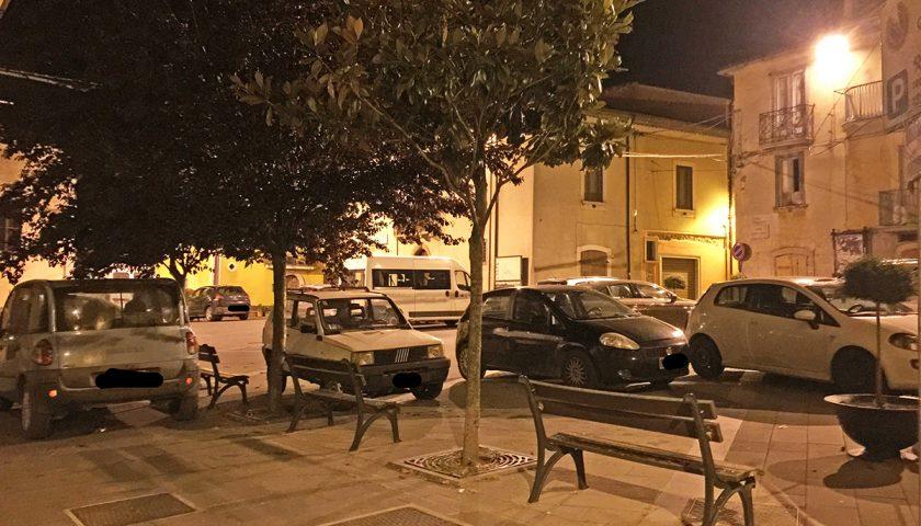 Buonabitacolo, la piazza Pertini trasformata in parcheggio: La denuncia