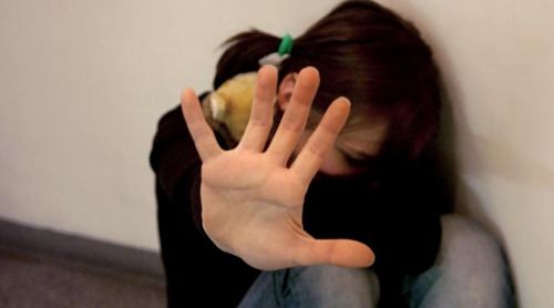 Quattordicenne umiliata e costretta a ferirsi, l'ex 21enne nei guai: a processo per stalking