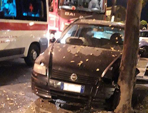 Salerno: auto si schianta contro un albero sul Lungomare