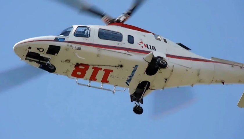 Escursionista cade su un pendio, salvato con l'elicottero del 118