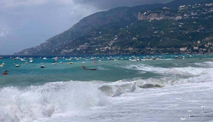 Incredibile mareggiata d'estate in Costiera Amalfitana: lidi e imbarcazioni out