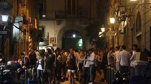 Covid, allo studio del Governo la nuova norma da inserire nel Dpcm: vietato stare in piedi davanti a bar e locali
