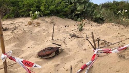 Santa Maria di Castellabate: affiora dalla sabbia mina della II Guerra Mondiale, si attendono gli artificieri