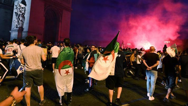 Francia, i tifosi algerini scatenano il caos: una vittima, 20 agenti feriti e 30 fermati