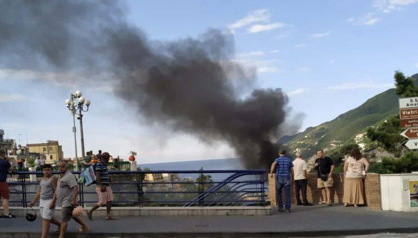 Vietri sul Mare, auto prende fuoco nel parcheggio