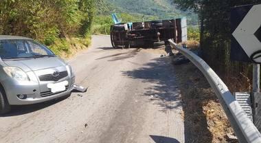 Sarno: camion si ribalta sul guardrail