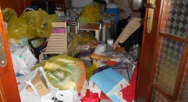 Madre e figlia nella casa-tugurio tra escrementi e spazzatura