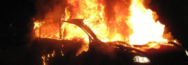 In fiamme le auto di due giovani, notte di paura a Nocera Inferiore