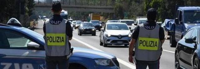 Tassisti per migranti dai Balcani: arrestati due salernitani sull'A1
