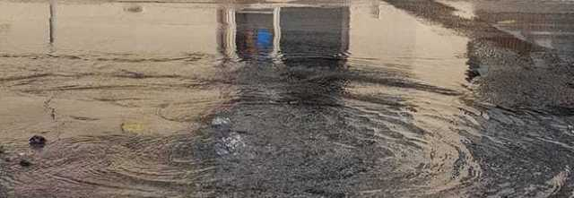 Angri, strada allagata dopo un mese di lavori alla condotta