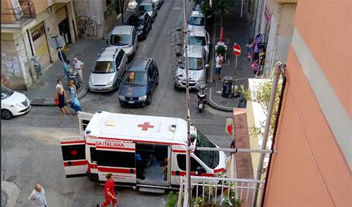Inciampa e cade per strada, donna finisce in ospedale