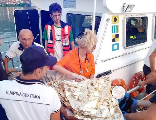 Incendio a Capo d'Orso: La Guardia Costiera trasferisce un paziente ricoverato all'ospedale Costa d'Amalfi