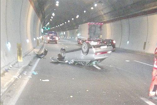 Incidente sull'A2 del Mediterraneo, auto si ribalta in galleria: Un ferito