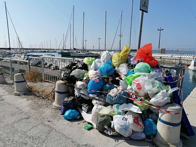 Salerno, sbarco tra i rifiuti