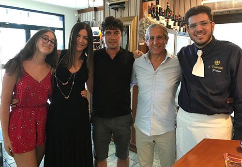Scamarcio a Salerno, l'attore in vacanza si concede un pranzo a base di pesce