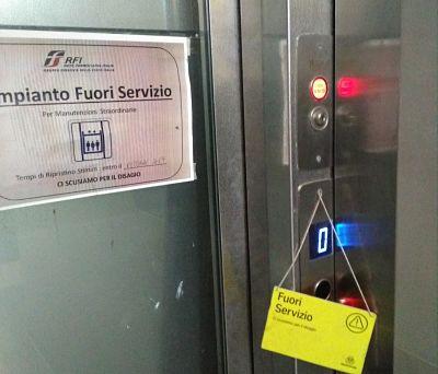 Ascensori fuori servizio nelle stazioni di Agropoli e Vallo: la denuncia di un disabile